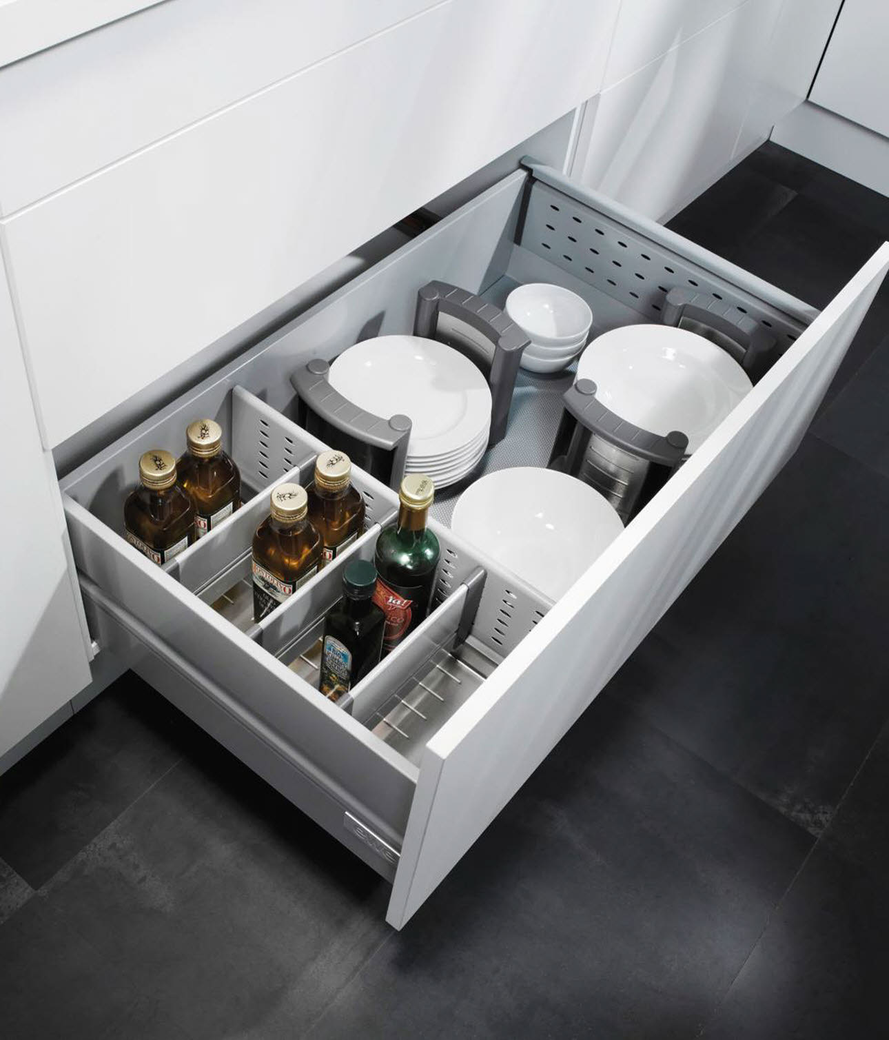 Roller basket fitting with bottle tray