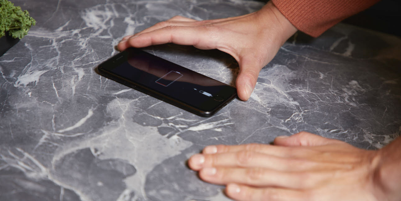 smartphone in k che laden. Black Bedroom Furniture Sets. Home Design Ideas